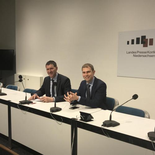 Landtagsfahrt im Dezember 2017 , mit Eike Holsten MdL im Gespräch mit der Besuchergruppe
