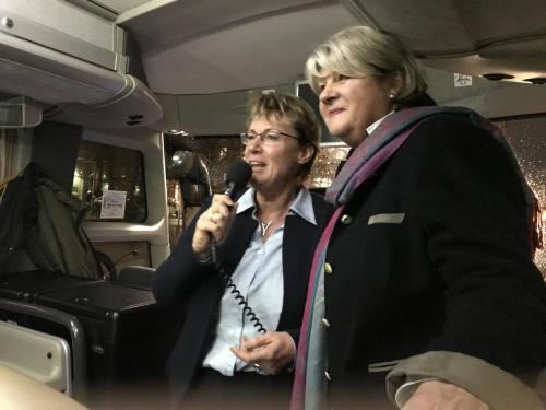 Landwirtschaftministerin Bärbel Otte Kinast und Gudrun Pieper MdL im Gespräch mit der Besuchergruppe im Landtag